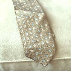 Hugo Boss neutral tie.